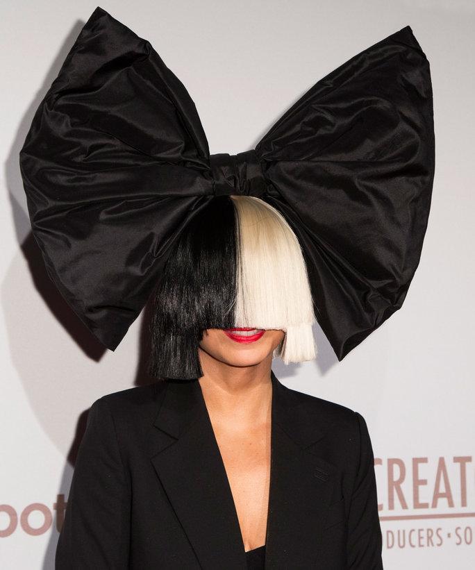 絶対に顔を出さない歌手Sia(シーア)が顔を出しました